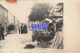 CPA De LA RONDE  (17) -  Un COIN Du MARCHE  - CARTE PRECURSEUR - édit GENAUZAU MARTINEAU - 1911 P - France