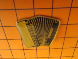 819 Pins Pin's  / Rare & Belle Qualité / THEME MUSIQUE / ACCORDEON HOHNER - Música