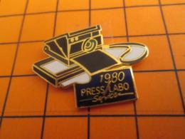 919 Pin's Pins : BEAU ET RARE : Thème PHOTOGRAPHIE / APPAREIL GENRE POLAROID 1980 PRESS LABO SERVICE - Fotografie