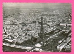 CPSM FRANCE 75  ~  PARIS  ~  122  Vue Aérienne, La Tour Eiffel, Le Champ De Mars  ( Greff Dentelée 50/60 ) - Frankreich