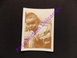 Photo Snapshot Amateur Bebe Boit Son Biberon - Personas Identificadas
