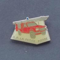 1 Pin's Sapeurs Pompiers De LA PETITE PIERRE (BAS RHIN - 67) - Bomberos