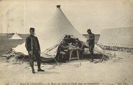 CPA Militaire - Camp De CHALONS - Le Repas Du Corps De Garde Dans (90222) - Camp De Châlons - Mourmelon