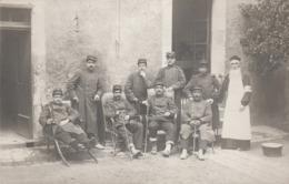 CARTE PHOTO :GROUPE MILITAIRES AVEC CANNES HOMME BARBE BLANCHE TABLIER BLANC PENSE PRÊTRE SEPTEMBRE 1914 PÉRIGUEUX (24) - Périgueux