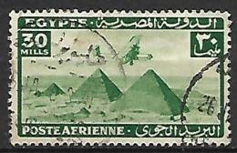 EGYPTE    -    Poste Aérienne   -   30 Mills  Vert.   Oblitéré .  Avion Survolant Les Pyramides. - Poste Aérienne