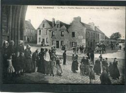 CPA - LOCRONAN - La Place Et Vieilles Maisons Vues Du Portail De L'Eglise, Très Animé - Automobile - Locronan