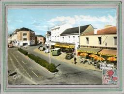 CPSM Dentelée -CHALLANS (85) - Aspect Du Café-Tabac, De L'Epicerie Et Des Voitures Rétros Place Du Gal De Gaulle En 1966 - Challans