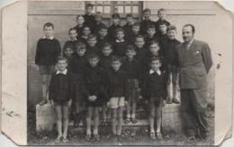 Fotografia Cm. 8,9 X 14,1 Con Classe Di Alunni E Maestro. Retro: Malo (Vicenza) Classe III^ Anno Scolastico 1955-56 - Persone Anonimi