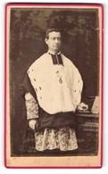 Fotografie Photographie Parisienne, Tournai, Portrait Geistlicher In Festlicher Kleidung, Talar - Métiers