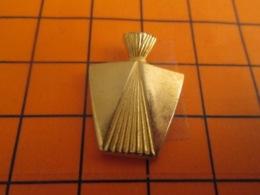 511d Pin's Pins : BEAU ET RARE : Thème PARFUMS / FLACON DE PARFUM METAL JAUNE - Parfum