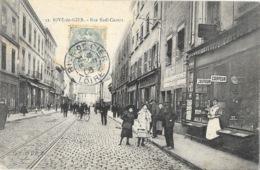 Rive-de-Gier (Loire) Rue Sadi-Carnot, Belle Animation Devant Le Coiffeur - Collection G.D.P.D. - Carte N° 32 - Rive De Gier