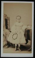 CDV - PHOTO ANCIENNE FIN XIXeme - PORTRAITS DE JEUNE FILLE AU CERCEAU - STUDIO NEUMANN A ST JEAN D'ANGELY - Personnes Anonymes