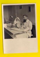 FOTO Ca©1950 WEGING KIND EN GEZIN PHOTO PESAGE ENFANT INFIRMIERE NON VERPLEEGSTER ARTS DOCTEUR CRECHE Bébé Baby 3528 - Santé