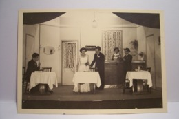 ISIGNY   - CALVADOS ( 14 ) -  AU PORTE BONHEUR  - THEATRE  - Le 6 Novembre 1949 - Personnes Identifiées