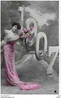 CPA. Bonne Année 1907, Jolie Femme En Robe Longue D'Organdi Et Bouquet De Fleurs, Glacé. ..G909 - Neujahr