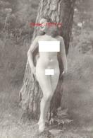 Reproduction D'une Photographie Ancienne D'une Jeune Femme Nue Contre Un Arbre Avec Un Brin D'herbe Dans La Bouche - Reproductions