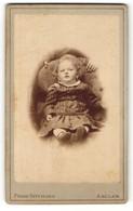 Fotografie Franz Dittmann, Anclam, Kleinkind Im Gestreiften Kleidchen Sitzt Auf Sessel - Anonymous Persons