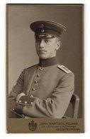 Fotografie Jean Baptiste Feilner, Oldenburg, Soldat Mit Mütze Sitzend Und Arme Verschränkt - Anonyme Personen
