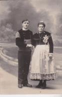 Photographie Quimper Couple De Marié Femme N Costume Traditionnel Et Coiffe ( Ref 191223) - Personnes Anonymes
