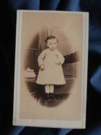Photo CDV Félix Girod à Mortagne (Orne) - Second Empire  Jeune Enfant En Pied, Un Bras D'adulte Le Tenant, Ca 1865 L473 - Old (before 1900)