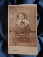 Photo CDV  Eymin à Vienne  Fillette Assise Sur Une Petite Chaise  Balle Dans Les Mains  Sec. Empire CA 1865 - L472 - Old (before 1900)