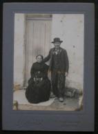 PHOTO ANCIENNE N&B DEBUT XXeme - COUPLE CHARENTAIS - TENUE TRADITIONNELLE - PHOTO ROLLAND A SAINTES - Personnes Anonymes