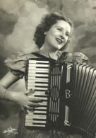 """5702 """"DONNA CHE SUONA LA FISARMONICA""""  1941-CART. ORIG. NON SPED. - Frauen"""