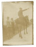 PETITE PHOTO CAVALIER SUR SON CHEVAL ET 2 AUTRES SOLDATS / VERSO MENTION FAIT A MERLAC AU DEBUT D'AOUT 1915 64 X 45 Mm - Guerre, Militaire