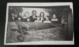 CARTE PHOTO PHOTOMONTAGE FAMILLE DANS AVION SOUVENIR FOIRE - Fotografia
