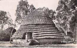 AFRIQUE NOIRE - Ex GUINEE Française  FOUTADJALON Case Indigène - CPSM Dentelée Noir Blanc Format CPA 1952 - Black Africa - Guinée Française