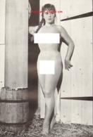 Reproduction D'une Photographie Ancienne D'une Jeune Femme Nue Sortant D'une Grange - Reproductions