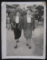 PHOTO ANCIENNE - SNAPSHOT - FEMMES DANS LA RUE - MODE ANNEES 40/50 - Personnes Anonymes
