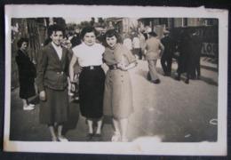 PHOTO ANCIENNE - SNAPSHOT - GROUPE DE FEMMES - SCENE DE RUE - MODE ANNEES 40 - Personnes Anonymes