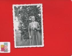 Archives Famille Munier Photographie  6 X 8,7 Cm En Très Bel état Ardex Lumière Femme Appareil Photo - Personnes Identifiées
