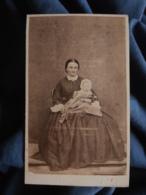 Photo CDV A. Petit - Second Empire, Femme Avec Bébé Sur Les Genoux, Robe à Crinoline Circa 1860  L473A - Photos