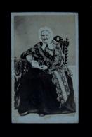 Photo Carte De Visite Cdv Albumine Albumen Photographie Portrait Vieille Femme Livre Chaise Tourteau Lebrun Laval - Anonymous Persons