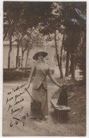 Carte Photo Femme élégante Lieu à Identifier Chien Teckel Basset - Cani