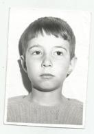 Boy Pose For Photo W817-260 - Persone Anonimi