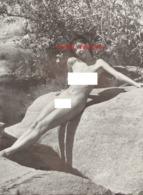 Reproduction D'une Photographie Ancienne D'une Jeune Femme Nue Sur Un Rocher Au Soleil - Reproductions