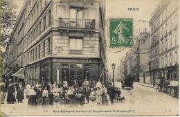 PARIS  Rue Richard Lenoir Et Boulevard Voltaire (groupe De Personnages Devant La Pharmacie Guillon) - District 11