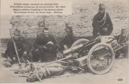 CPA Guerre 1914-1918 - Soldats Belges Souriant Au Photographe - Mitrailleuse Traînée Par De Braves Chiens - Au Repos - War 1914-18