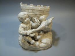 Ancien Vase Faience Blanche Sujet Oie Volant Le Goûter D'un Enfant. - Céramiques
