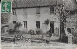 LES THEZY ( Jura ) : L' Abergement - Maison D'Ecole Avec Les Ecoliers Dans La Cour ( 1908 ) Rare - Francia