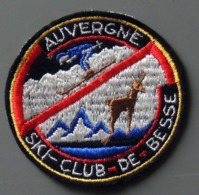 Patch Écusson Tissu Touristique : France - Auvergne - Puy De Dôme - Ski Club De Besse (63) Skieur Et Chamois - Ecussons Tissu