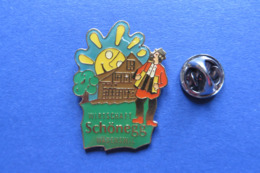Pin's,musique,instrument,accordeon,SCHÖNEGG RESTAURANT,Handorgel,folklorique,homme,chapeau,soleil - Musique