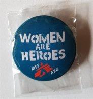 "Gadget: Badge ""Women Are Heroes"" (AZG MSF 2010) - Publicité"