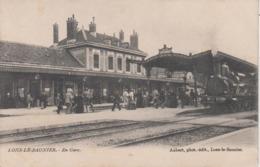 CPA Lons-le-Saunier - En Gare (jolie Animation Avec Train En Joli Plan) - Lons Le Saunier