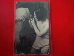 CARTE PHOTO HOMME NU AVEC FEMME EN PETITE TENUE ET UNE POIRE DE LAVEMENT - Nus Adultes (< 1960)
