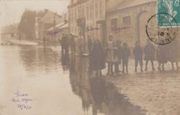CARTE PHOTO:GIVET (08) ENFANTS LES PIEDS DANS L'EAU RUE OGER INONDATIONS 1910..ÉCRITE - Givet