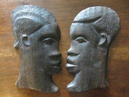 ANCIENS PROFILS D UN HOMME ET D UNE FEMME AFRICAINS SCULPTES EN BOIS NOIR - Art Africain